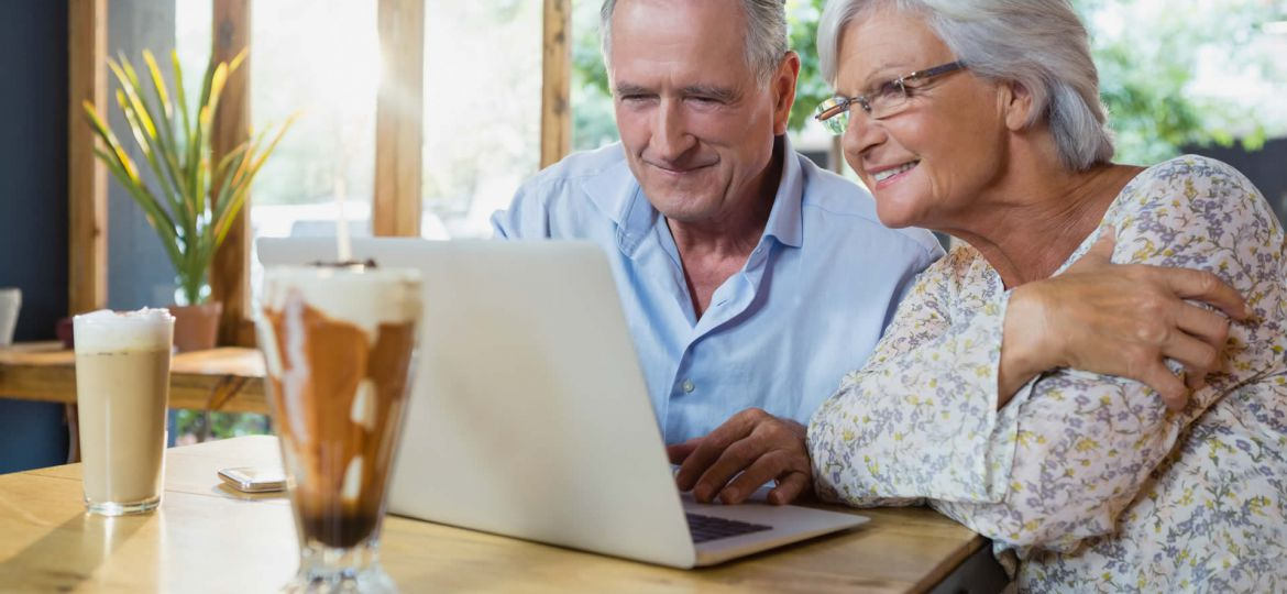 senior-couple-using-laptop-T4L67TP